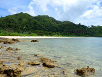 西表島の船浮 イダの浜の岩場/落ちない岩/転けない岩 - イダの浜を一望できる場所