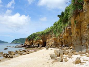 西表島の船浮岬/ビーチ/洞窟/地層「転けない岩の先にビーチ有り!」