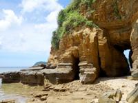 西表島の船浮岬/ビーチ/洞窟/地層 - 岬の反対側へ抜ける洞窟有り