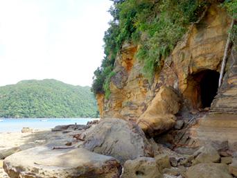 船浮 港先の岩場/洞窟