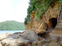 船浮港先の岩場/洞窟