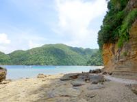 西表島の船浮 港先の岩場/洞窟 - 潮が引いたときに港沿いを歩いて行けます