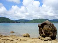 西表島の船浮 港先の岩場/洞窟 - 白浜方面を望みます