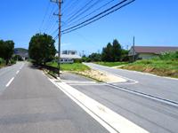 西表島の中野バイパス/中野ちゅらゆな館 - 中野ビーチ入口前に出るバイパス(右側)