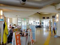 西表島の仲間港旅客ターミナル なかまりん/仲間港/大原港/ヤマネコ商店 - ターミナル内のチケット売り場側