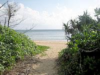 西表島の忘勿石/わすれないし - まずはビーチへ抜けて左へ