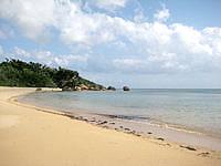 西表島の忘勿石/わすれないし - 砂浜をしばらく歩いて岩場へ