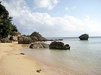 西表島の忘勿石/わすれないし - この岩場の裏に石碑があります