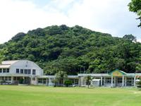 西表島の竹富町立 船浮小中学校 - 校舎はしっかりした造りです