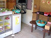 西表島の上原の無人販売所 - 冷蔵庫の中のカットフルーツが絶品!