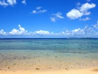 西表島のまるまビーチ - 遠くにバラスや鳩間島が望めます