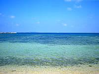 西表島のヒナイビーチ - 遠くにバラスと鳩間島が見えます