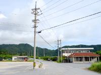 西表島の由布島入口/水牛車休憩所 - 美原バス停からこの坂を下りてきます