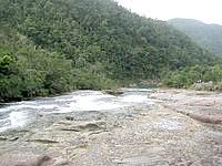 西表島の浦内川ポットホール - カンピレーの滝の上にあります