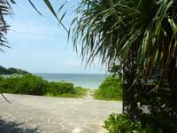 西表島の祖内のビーチ/祖内海岸 - 商店側からの入口