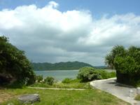 西表島の祖内のビーチ/祖内海岸 - 郵便局側からの入口
