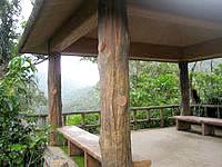 西表島のマリユドゥの滝展望台 - 休憩所的になっていますがベンチしかありません