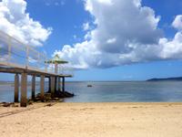 石垣島のフサキビーチ - 半壊中の桟橋とホテル前ビーチ