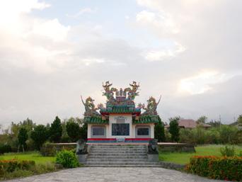 石垣島の唐人墓「色鮮やかな石碑です」