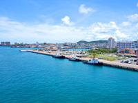 石垣島のサザンゲートブリッジ - フェリーターミナルを望む