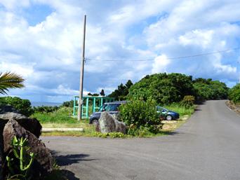 崎枝ビーチへの道