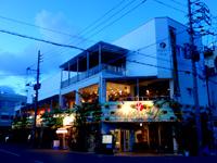 石垣島の石垣島ヴィレッジ - 夜も煌々としています