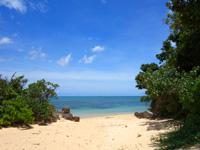 石垣島の伊土名海岸 - 右のビーチはプライベート感覚