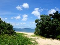 石垣島の伊土名海岸 - 左のビーチはかなり広い