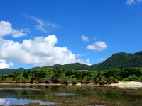 石垣島の桴海海岸/ヤドカリビーチ - 上にこの建物が見えたらその下が青の洞窟