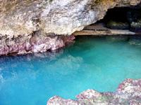 石垣島の石垣島米原 青の洞窟 - 入口の水がとても青い!