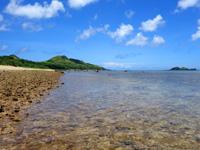 石垣島の平野ビーチ - 遠浅の海の先には平久保灯台が!?