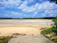 石垣島の砂の道 - 干潮時は広大な干潟になります