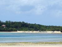 石垣島の砂の道 - 対岸に川平湾のボート群が見える