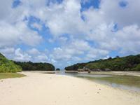 石垣島の川平小島 - 最も近い部分は石垣島と50mも離れていません
