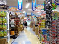石垣島のドン・キホーテの石垣島店 - 所狭しと商品が並ぶ独特の店舗内はそのまま