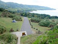 石垣島の御神崎/御神崎灯台 - 灯台から見た御神崎までの道