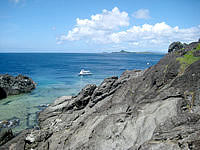 石垣島の御神崎/御神崎灯台 - 岬の下には岩場と海が広がっています