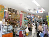 石垣島の石垣港離島旅客ターミナル/ユーグレナ石垣港離島ターミナル - 旧離島桟橋側にお店がいろいろ