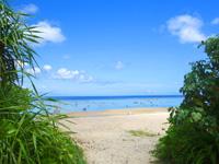 石垣島の米原ビーチ 川平側 - ビーチ入口はキャパに比べて狭い