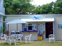 石垣島の米原キャンプ場無料駐車スペース - 公民館側は無料駐車の他にレンタルショップも