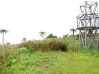 石垣島の於茂登岳頂上1 - 鉄塔が頂上の目印