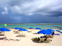 石垣島のマエザトビーチ/人工ビーチ - 狭いビーチにパラソルだらけ