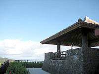 石垣島のエメラルドの海を見る展望台 - 古い展望台は味があります