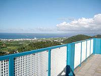 石垣島のエメラルドの海を見る展望台 - 竹富島がはっきり望めます