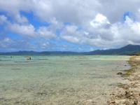石垣島の川平タバガー/撮影場 - 海に立って珊瑚を破壊する観光客