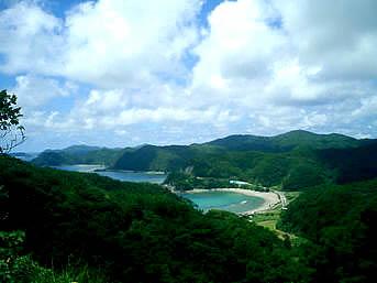 加計呂麻島の秋徳の海「秋徳から東に向かうと急激な上り坂になります」