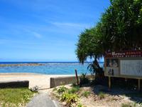 加計呂麻島の徳浜海岸 - ビーチ入口