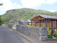 加計呂麻島の西阿室の集落 - 旧民宿はまゆう隣に小屋?