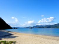 加計呂麻島の渡連海岸 - 奄美大島が良く望めます