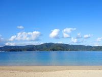 加計呂麻島の渡連海岸 - 対岸の奄美の集落までくっきり